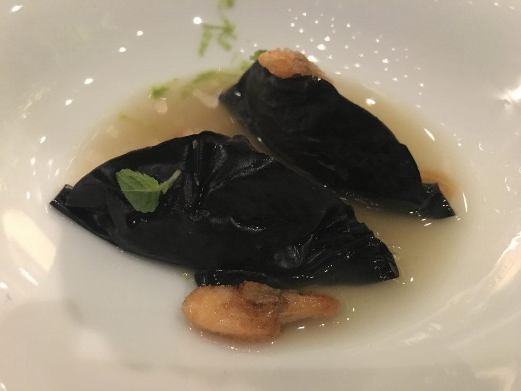 Gyozas de chipirón y caldo de galeras, plato de Paco Roncero inspirado en la cocina de Nobu. /Rosa Rivas