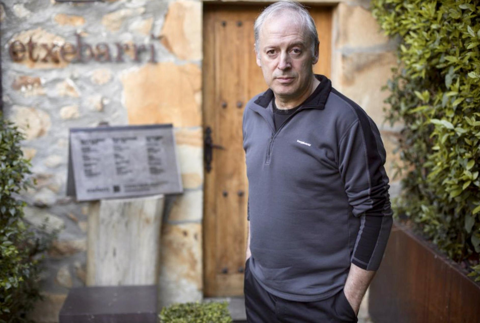 Arginzoniz, a la puerta de su restaurante en Atxondo (Vizcaya). / G. L.