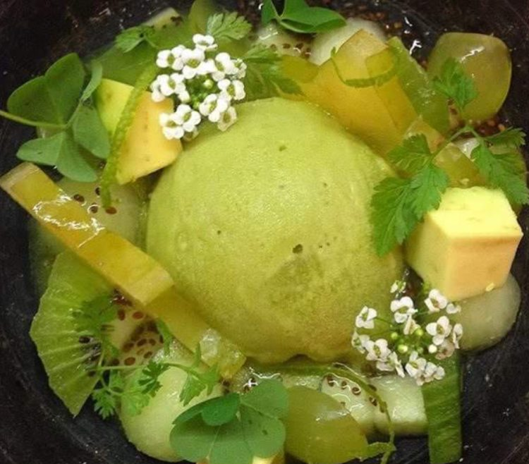 Frutas verdes con sorbete de jengibre y cilantro. Postre de Saiko Izawa.