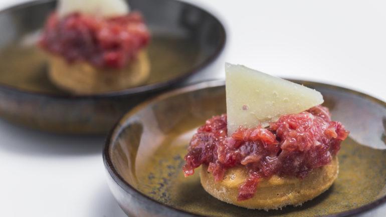 Tocino con arándanos, jamón con erizos, salchichón con ajo negro… Maridajes (im)posibles del ibérico