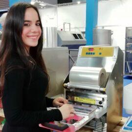 Maitane Alonso Monasterio y su máquina para conservar alimentos.