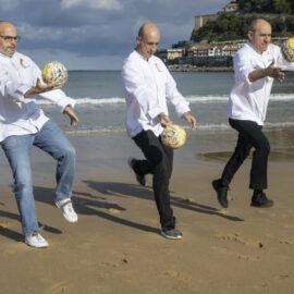 De izquierda a derecha, Jordi Vila, Aitor Arregi y Paco Pérez, jugando con sus nuevos Soles Repsol en San Sebastián.